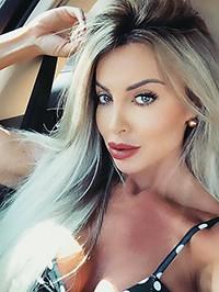 Single Fernanda Carvalho from Los Ángeles, United States