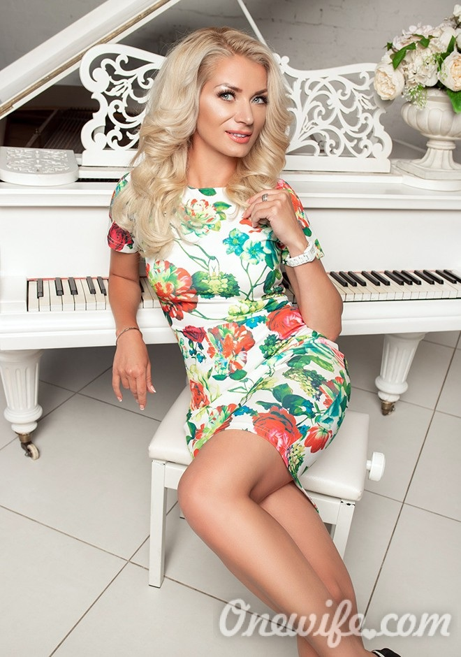 Single girl Elena 42 years old