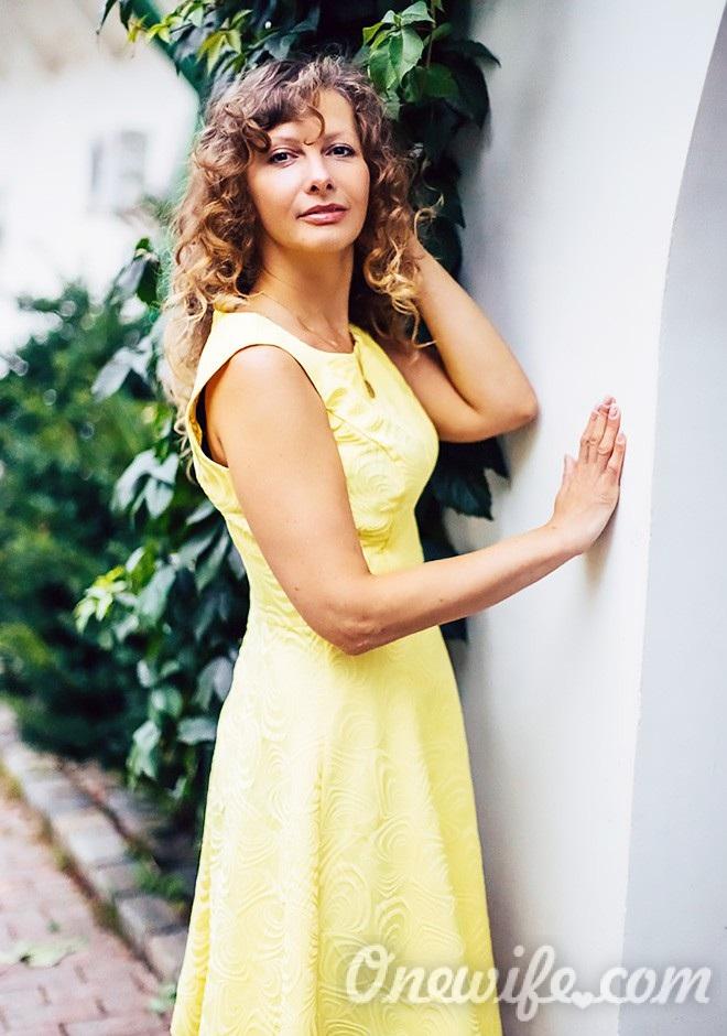 Single girl Elena 43 years old